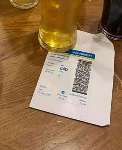 Irlanda: quattro amici comprano il biglietto per un volo aereo solo per andare a bere birra al pub dell'aeroporto e poi ritornano a casa!